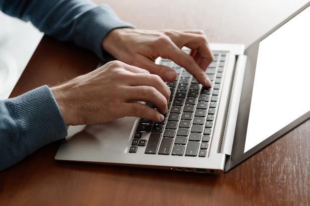 Escritório. homem digitando no laptop no escritório. rotina diária de negócios de colarinho branco