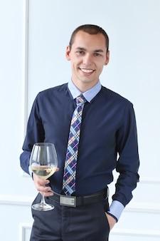 Escritório. homem feliz com taça de champanhe