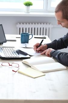 Escritório. homem freelance no trabalho em casa
