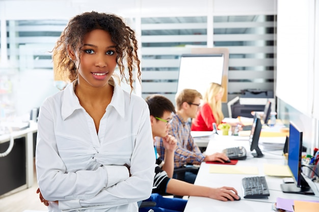 Escritório jovem empresária africana com computador