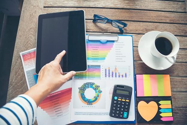 Escritório laptop negócios documento financeiro gráfico e gráfico na mesa de madeira com uma xícara de café