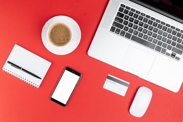 Escritório material café e telefone mock up