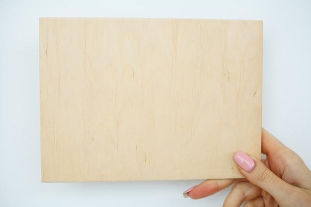 Escritório mulher mãos segurando uma placa de árvore em branco