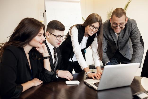 Escritório negócio grupo discussão jovem
