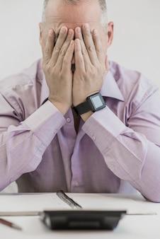 Escritório, negócios, tecnologia, finanças e conceito de internet - empresário estressado com laptop e documentos no escritório