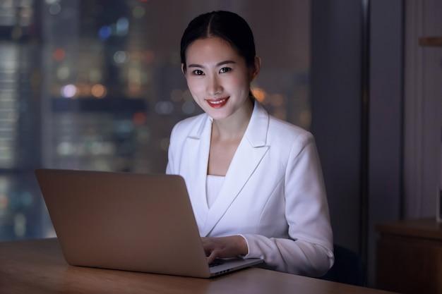 Escritório para mulheres trabalhando horas extras