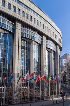 Escritórios do parlamento europeu e bandeiras europeias em bruxelas