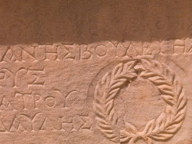 Escritura antiga em éfeso em kusadasi turquia