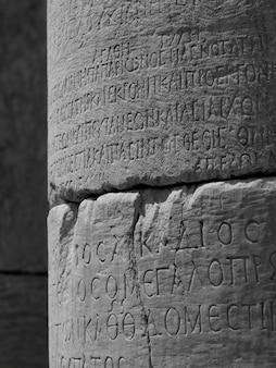 Escritura antiga no pilar em éfeso em kusadasi turquia