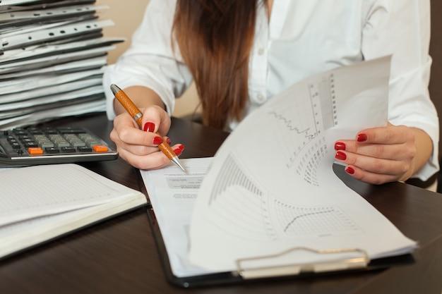 Escriturário assina balanço contábil