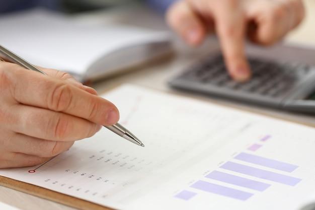 Escriturário do escritório de contabilidade financeira formal