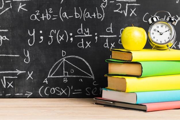 Escrivaninha escolar, com, livros texto, perto, quadro-negro