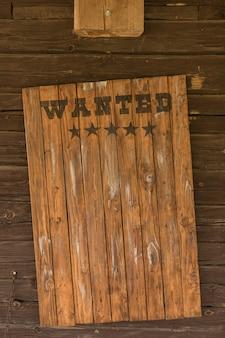 Escudo de madeira vintage com uma inscrição sobre a busca e recompensa
