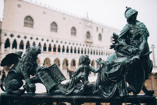 Escultura antiga em parapeito, itália
