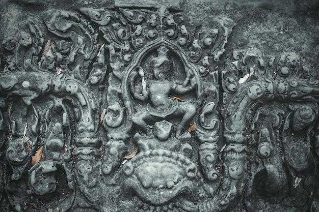 Escultura antiga na parede