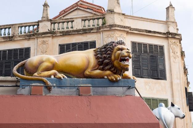 Escultura cênica de leão na parede do templo de sri mariamman