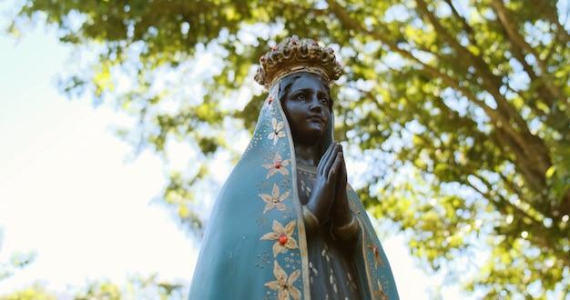 Escultura da imagem de nossa senhora aparecida a padroeira do brasil