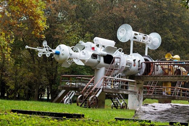 Escultura da nave espacial em sucata