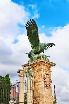 Escultura de águia de átila com espada poderosa patas garras pássaro mítico turul.