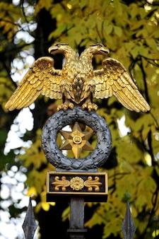Escultura de águia em cima do muro do parque da criatividade da juventude, são petersburgo, rússia