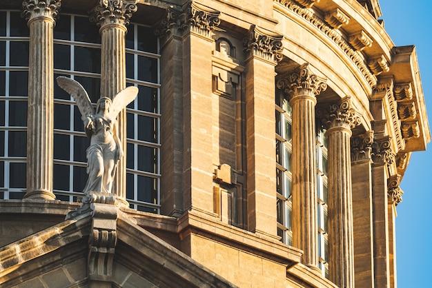 Escultura de anjo e colunas coríntias de uma cúpula clássica