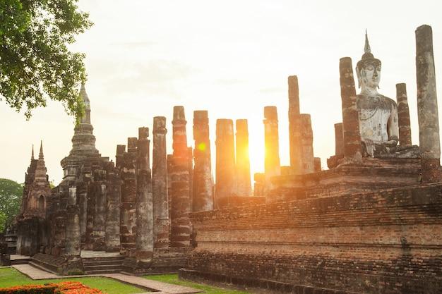 Escultura de buddha no parque histórico de sukhothai