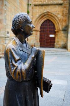 Escultura de cáceres leoncia gomez na espanha