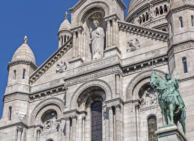 Escultura de detalhes arquitetônicos de cristo na fachada da basílica do sacre coeur em paris, frança