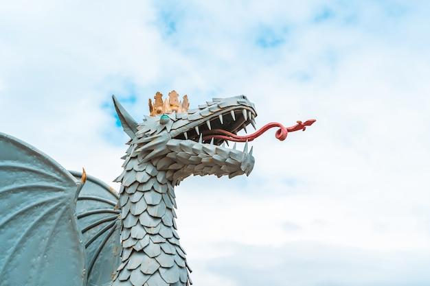 Escultura de dragão de uma mesquita em kazan, rússia