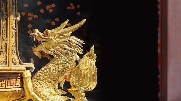 Escultura de dragão dourado em santuário