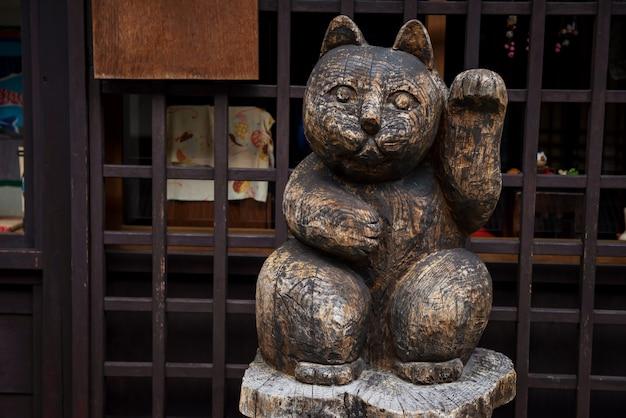 Escultura de gato da sorte de madeira