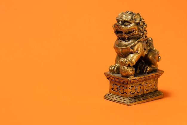 Escultura de leão da cultura chinesa. ornamento decorativo e religioso chinês muito popular.