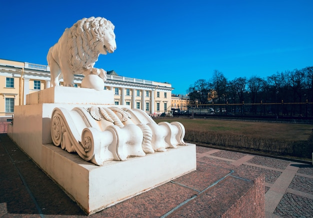 Escultura de leão em frente ao museu russo. são petersburgo
