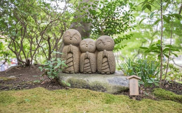 Escultura de monge no templo do japão
