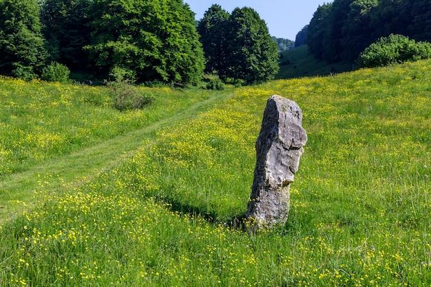 Escultura de pedra em um caminho de montanha em san zeno di montagna, na província de verona