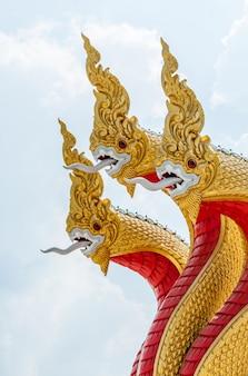 Escultura de serpente dourada no tradicional estilo tailandês.