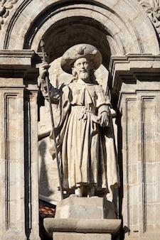 Escultura do apóstolo santiago. fachada leste da catedral de santiago de compostela