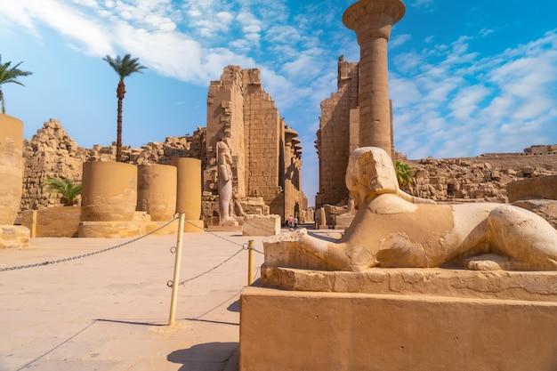 Escultura do faraó com o corpo de um leão dentro do templo de karnak