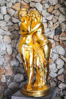 Escultura dourada incomum em um castelo velho.