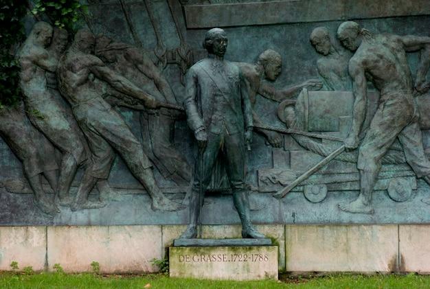 Escultura e mural em paris frança