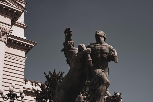 Escultura em frente à entrada da assembleia nacional. belgrado, república da sérvia