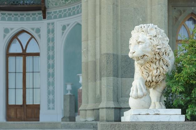 Escultura em mármore de leão com bola no palácio vorontsov em alupka, crimeia, rússia.