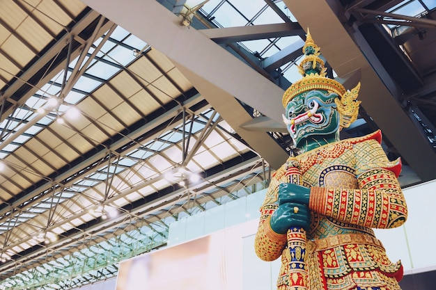 Escultura gigante no aeroporto internacional de suvarnabhumi tailândia