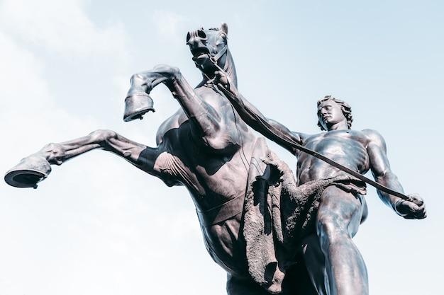 Escultura histórica de 1851 na ponte anichkov em são petersburgo, rússia