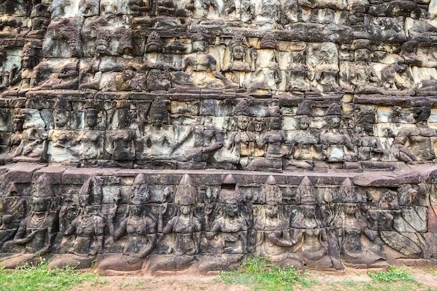 Escultura na parede templo do terraço dos elefantes em angkor wat, camboja