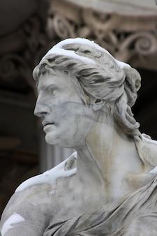 Escultura no edifício do parlamento em viena, áustria