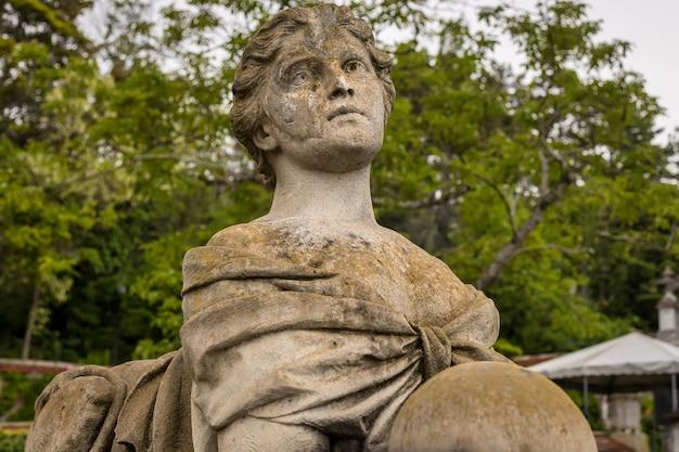 Escultura no jardim do palácio real em massandra, na crimeia