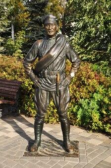 Escultura urbana. escultura do herói do filme, camarada sukhov. samara, rússia, 17 de setembro de 2020