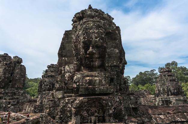 Esculturas antigas em angkor wat camboja. cabeça de pedra