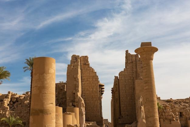 Esculturas colossais do templo de karnak do antigo egito no vale do nilo em luxor